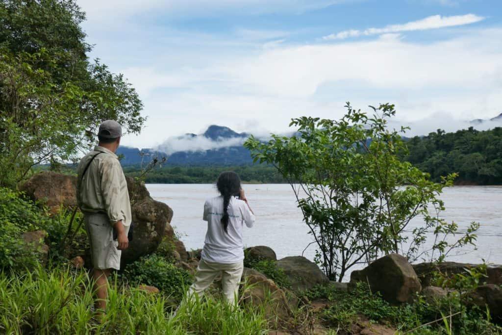 Alex Villca et Ruth Aliapaz regardant le site du Chepete
