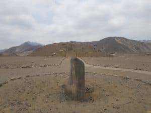 Huaca face à pyramide à Caral