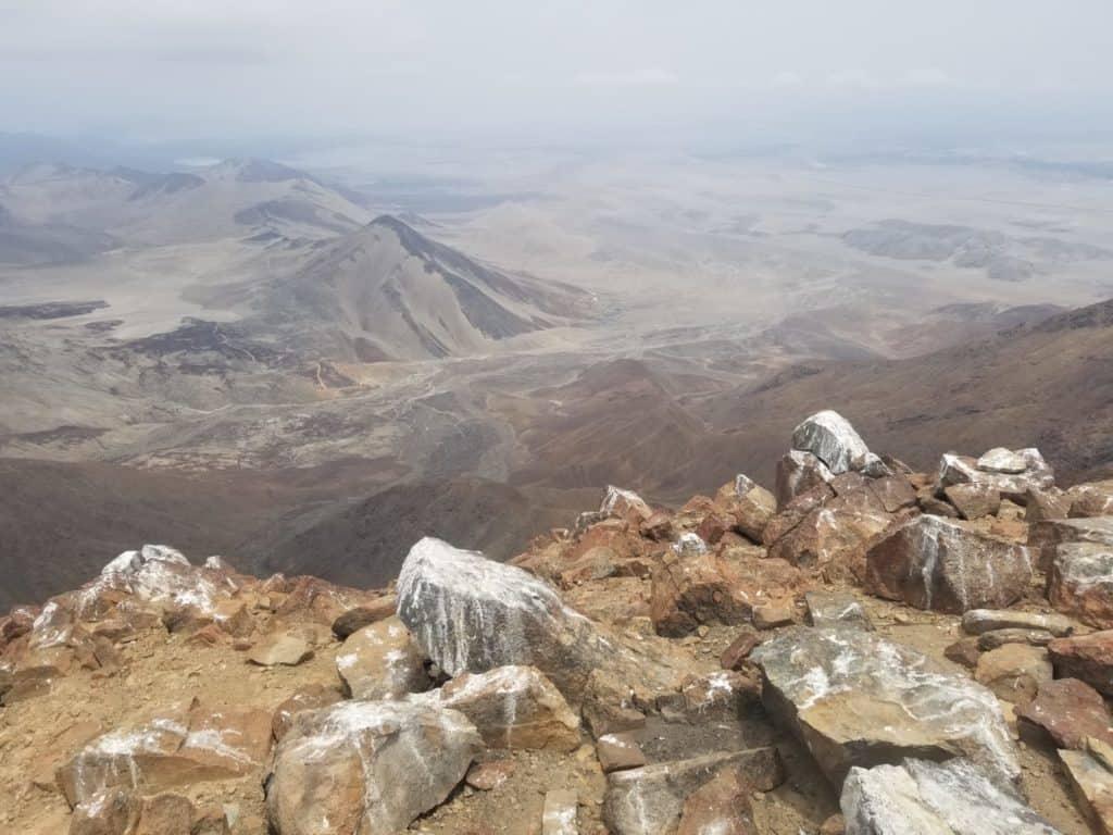 Vue au sommet du Cerro Mongon, avec guano