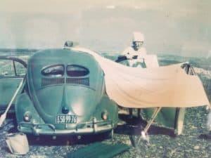 Maria Reiche dans le désert avec sa voiture