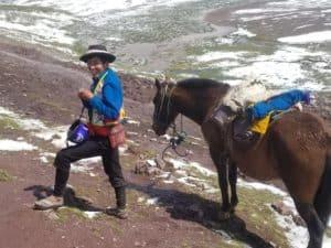 Homme à cheval et en sandales à 5000 mètres dans les montagnes de la région de Cusco