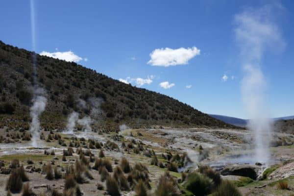 Champ de fumée de geysers au Sajama, Bolivie