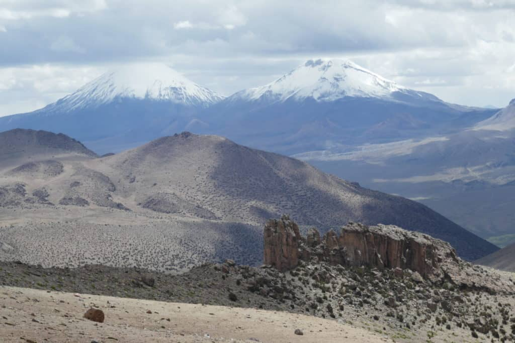 Vue depuis Sajama sur les volcans jumeaux Parinacota et Pomerape, Bolivie