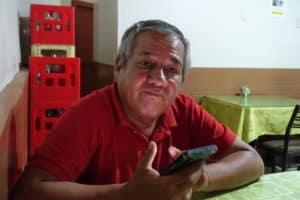 Wilder Ivan Monteza Hinetrasa tenant un téléphone portable