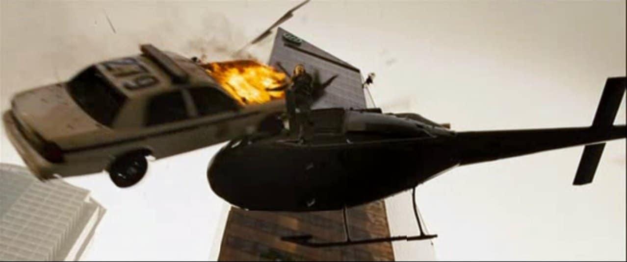 die hard voiture fonçant sur helicoptère