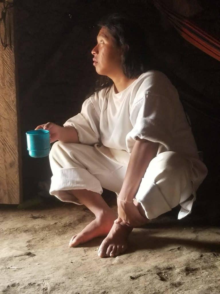 Kogi avec une tasse dans sa maison
