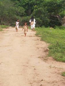Deux enfants kogis sur la route