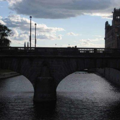 Un Drakkhar noir s'arrime au port de Stockholm
